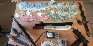 Sgominata centrale dello spaccio: in casa machete, pugnali, pistole e contanti