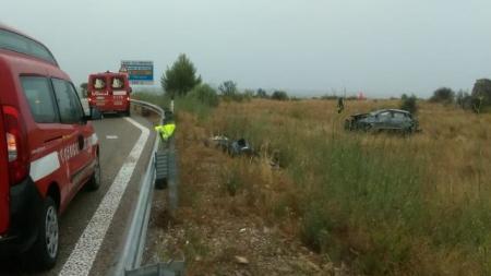 Auto sfonda guardrail e si ribalta fuori strada: muore una 33enne