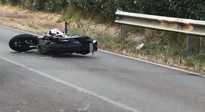 Si scontra con un'auto all'alba, muore 31enne motociclista