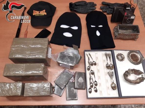A spasso con 9 kg di hashish, passamontagna e bastone: arrestato 26enne