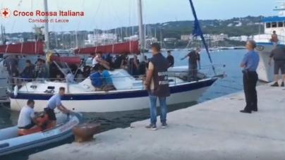 Nave carica di migranti in avaria al largo: portata in salva dalla Capitaneria di Porto