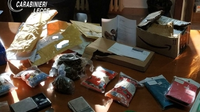 In casa con droga e posta mai consegnata: arrestati dipendente delle Poste e figlio