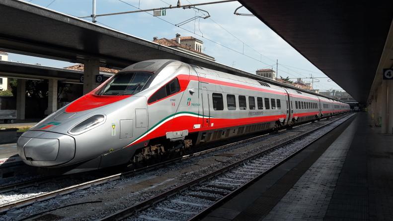 Infastidisce viaggiatori e rompe il naso a poliziotto sul treno Lecce-Roma: arrestato