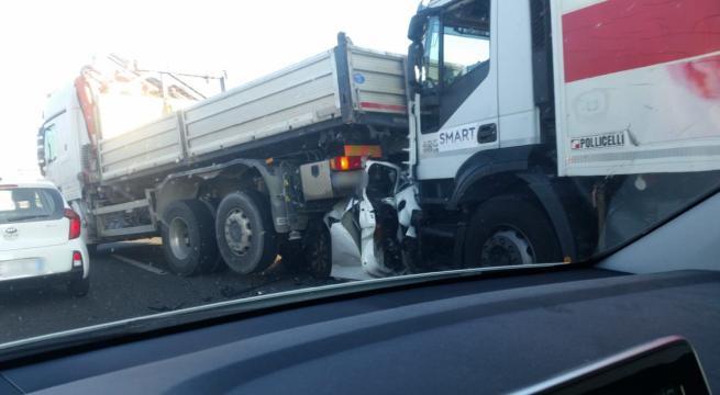Auto schiacciata tra due tir: muore donna alla guida