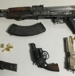 Piccolo arsenale tra le campagne: rinvenute tre pistole e un kalashnikov
