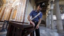 Ruba in chiesa dalla cassetta delle offerte e urina sull'altare: è caccia al balordo