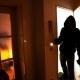 Anziana trova ladro in casa e si sente male: lui la soccorre e poi fugge