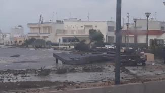 Tromba d'aria fa volare pontile: barche trascinate per 300 metri a Porto Cesareo