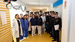 I Carabinieri donano panettoni ai bimbi ricoverati nell'ospedale di Gallipoli