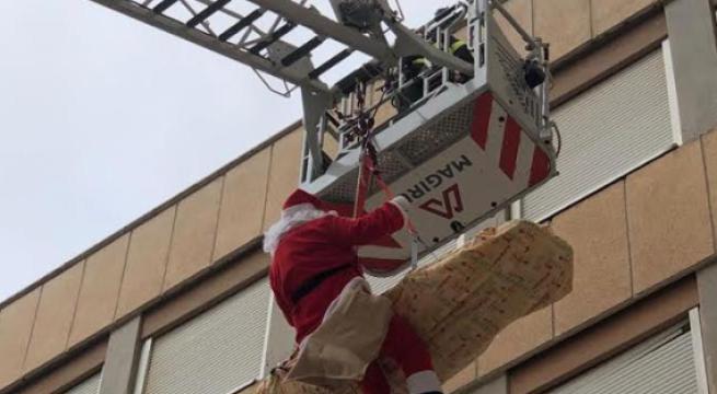"""Babbo Natale al """"Fazzi"""" per portare doni ai bambini ricoverati"""