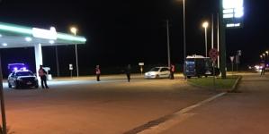 Violenta rapina a stazione di servizio: picchiano gestore e fuggono