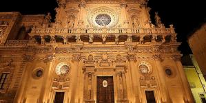 Si fingono fedeli devoti, ma rubano offerte nella Basilica di Santa Croce