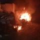 Sorpreso a bruciare pneumatici e vecchi frigoriferi: denunciato