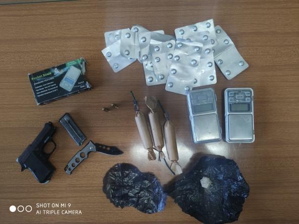 Droga, pistola, munizioni ed esplosivi in casa: arrestato 35enne