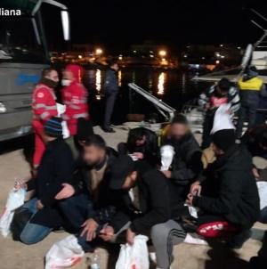 Nuovo sbarco a Santa Maria di Leuca: 30 migranti soccorsi nella notte dalla Croce Rossa
