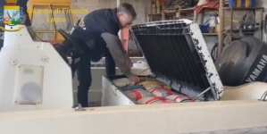 Mezza tonnellata di droga scoperta nel vano di uno scafo: arrestato 45enne